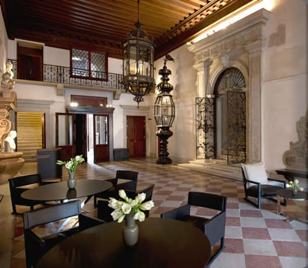 george-clooney-hotel-dining-area